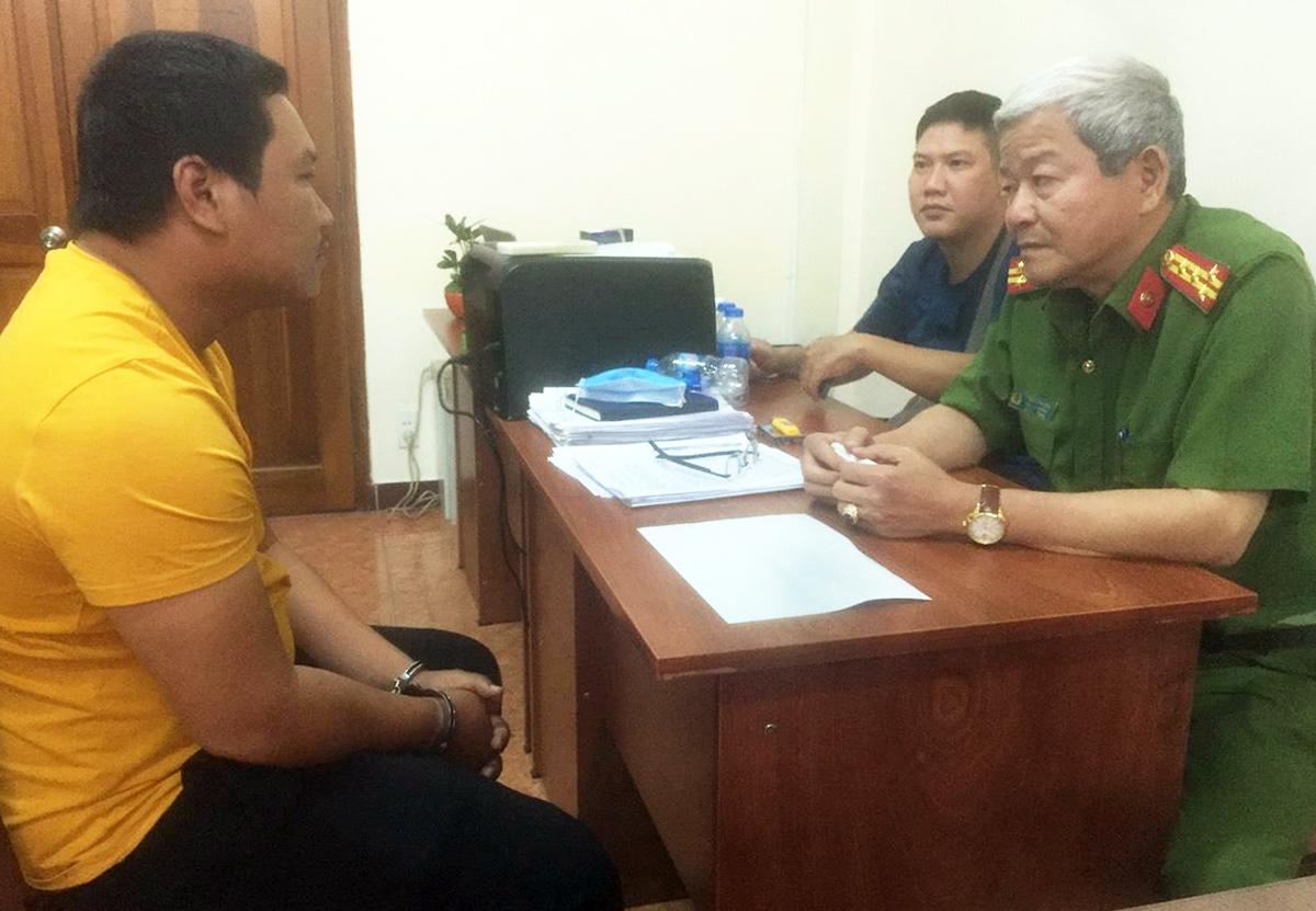 Đại tá Lê Ngọc Phương (Phó cục trưởng Cục Cảnh sát Hình sự, Bộ Công an) đang hỏi cung nghi phạm Nguyễn Thanh Tâm. Ảnh:Công an cung cấp.