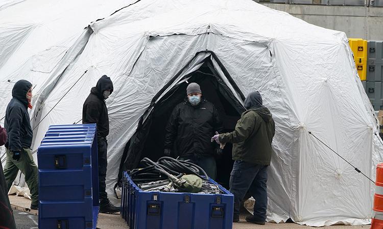 Công nhân xây dựng một nhà xác tạm thời bên ngoài bệnh viện Bellevue ở Manhattan, New York hôm 25/3. Ảnh: Reuters.