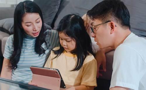 Nhiều trẻ có thêm động lực và tự tin khi học tiếng Anh cùng bố mẹ.