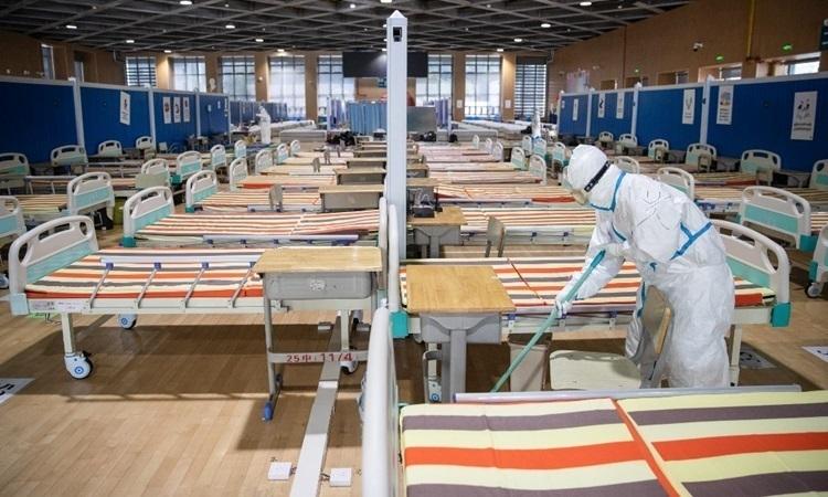 Nhân viên y tế lau dọn sàn nhà sau khi toàn bộ bệnh nhân nhiễm nCoV đã xuất viện tại một bệnh viện dã chiến ở Vũ Hán hôm 10/3. Ảnh:AFP.