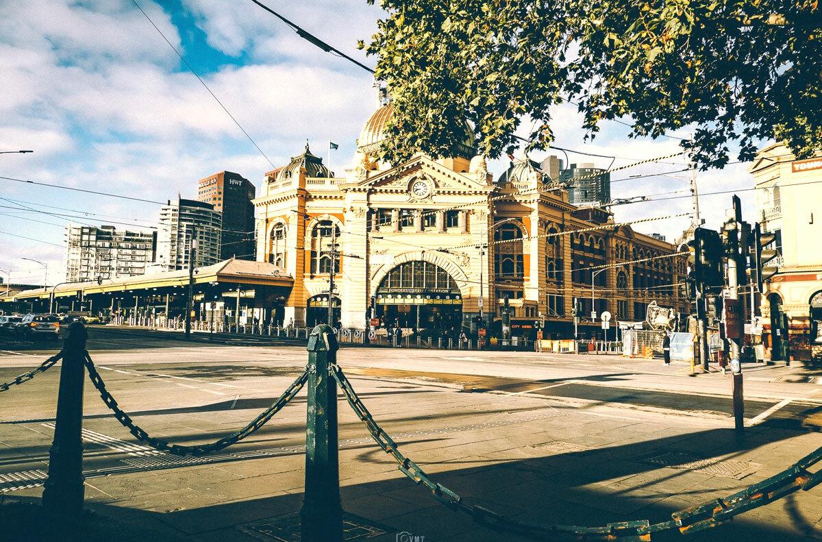 Ngày cuối tháng 3, nhà ga xe lửa Flinders Street Station không một bóng người. Ảnh: Minh Thông.