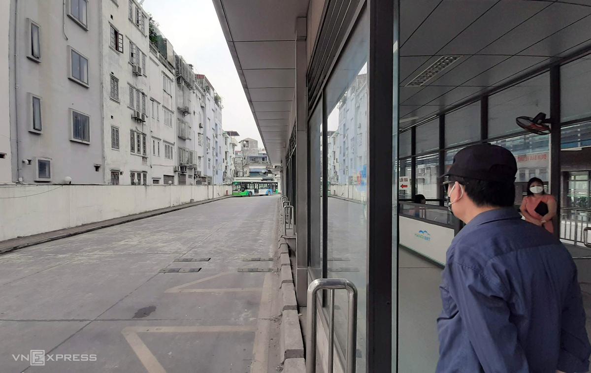 Trạm trung chuyển xe buýt Kim Mã hôm nay còn 3 xe buýt nhanh hoạt động, thay vì 26 xe như mọi hôm, tần suất hoạt động thay vì 10 phút nay 45 phút một chuyến, khiến nhiều người chờ lâu quay về sử dụng phương tiện cá nhân. Ảnh: Phương Sơn