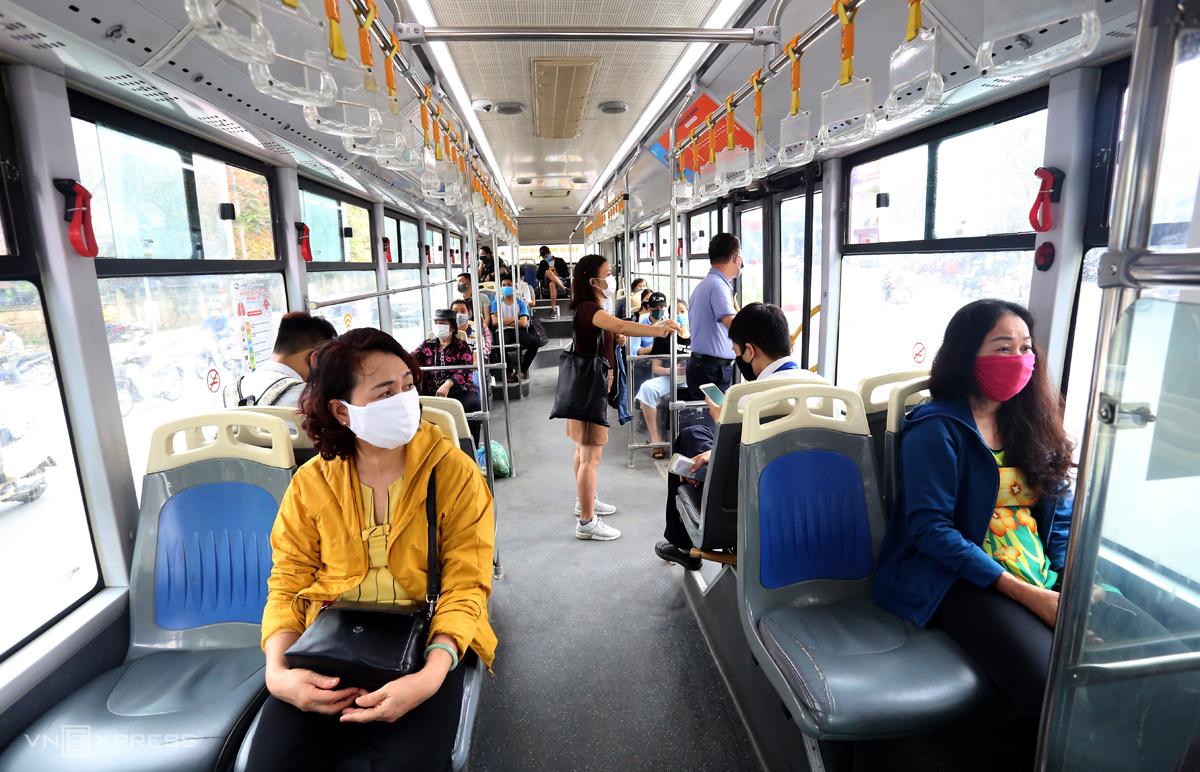Tuyến buýt nhanh vào giờ cao điểm sáng 27/3 trung bình đón khoảng 20 lượt khách mỗi chuyến. Ảnh: Phương Sơn