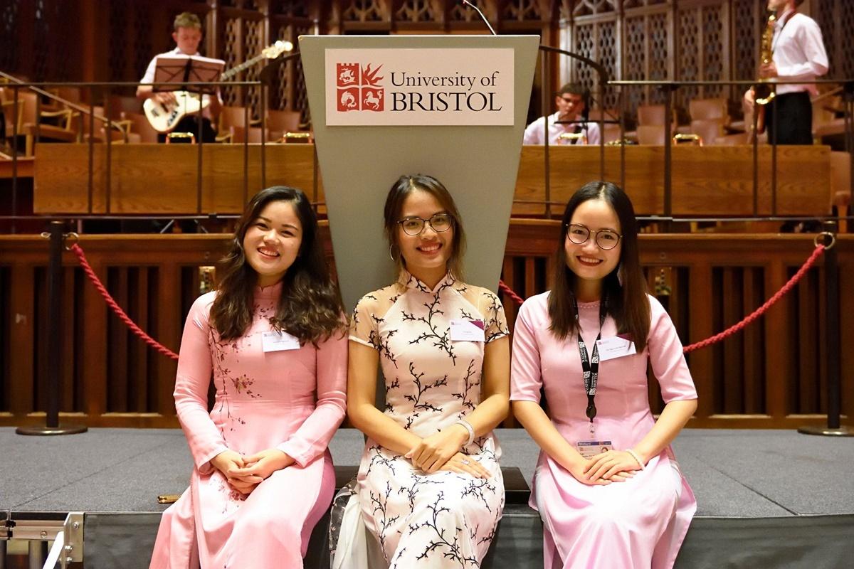 Ngọc Lan (bên phải) cùng hai sinh viên Việt Nam tại Đại học Bristol. Ảnh: Universityof Bristol