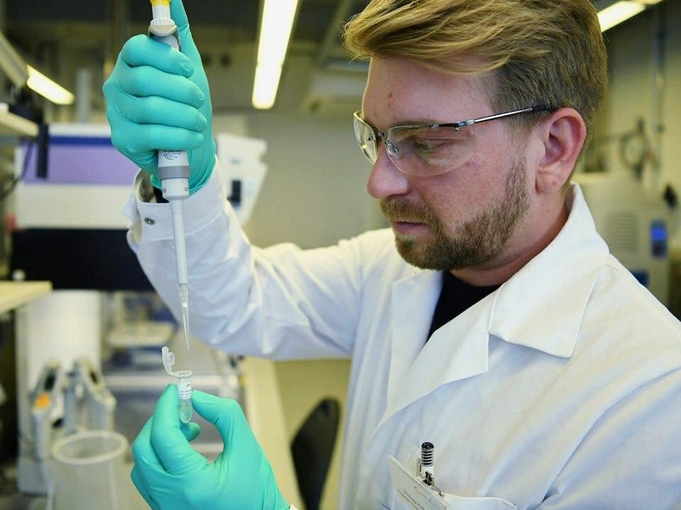 Nhân viên của CureVac nghiên cứu vaccine Covid-19 tại phòng thí nghiệm ở Đức Ảnh: Reuters