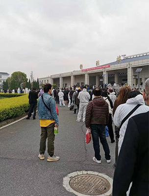 Dòng người xếp hàng chờ nhận tro cốt thân nhân ở nhà tang lễ quận Hán Khẩu, Vũ Hán hôm 26/3. Ảnh: Twitter/Gregory Song
