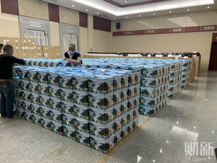 Hàng nghìn thùng đựng bình tro cốt được xếp đặt tại một nhà tang lễ ở Vũ Hán hôm 26/3. Ảnh: Caixin
