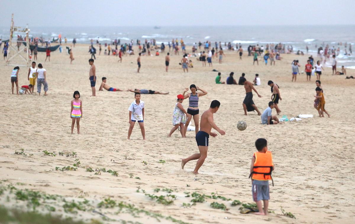 Cả nghìn người đến biển Tam Thanh tập thể dục, tắm biển. Ảnh: Đắc Thành.