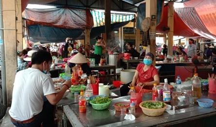 Người dân tập trung ăn uống ở những quán ăn trong chợ. (Ảnh: Hồng Thương)