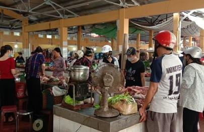 Một số người không đeo khẩu trang khi đến chợ. (Ảnh: Hồng Thương)