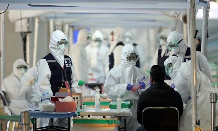 Một hành khách đến từ Mỹ được xét nghiệm nCoV tại sân bay quốc tế Incheon, Hàn Quốc hôm 27/3. Ảnh: Yonhap.
