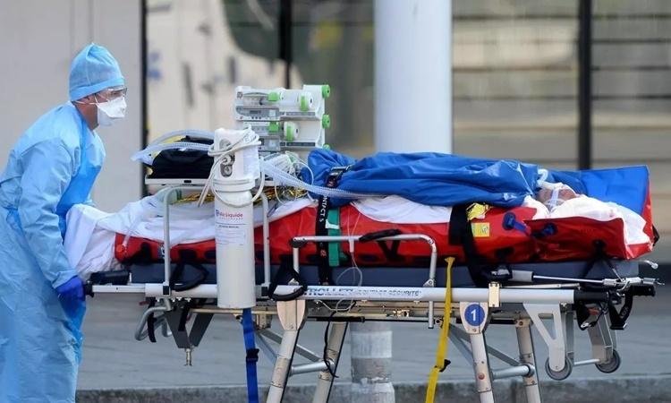 Nhân viên y tế di chuyển một bệnh nhân nhiễm nCoV tại Strasbourg, Pháp, ngày 26/3. Ảnh: AFP.