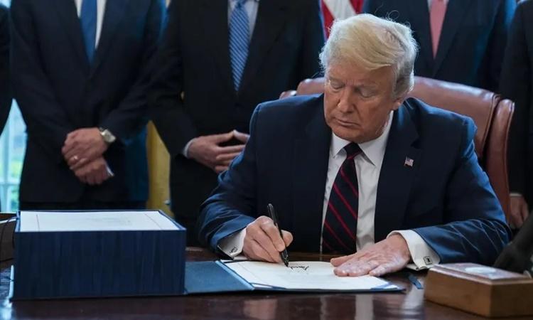 Tổng thống Trump trong lễ ký gói cứu trợ tại Nhà Trắng ngày 27/3. Ảnh: AFP.