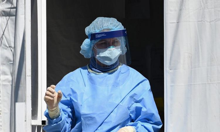 Nhân viên y tế tại một bệnh viện ở thành phố New York hôm 27/3. Ảnh: AFP.