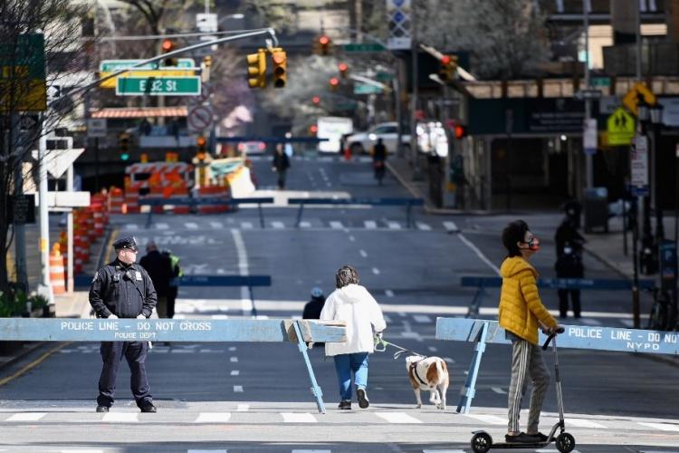 Người dân New York đi dạo ngày 27/3. Ảnh: AFP.