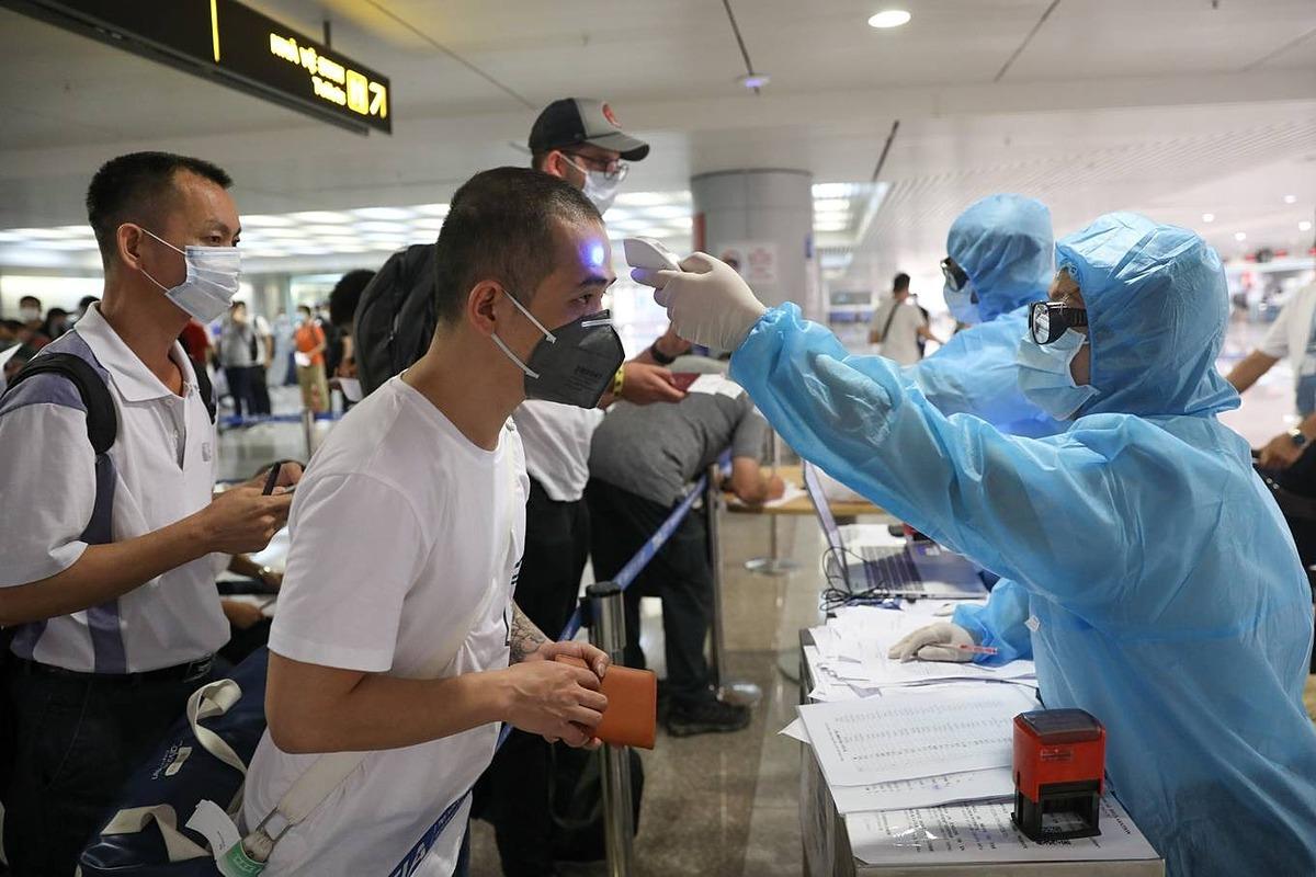 Hành khách nhập cảnh sân bay Tân Sơn Nhất ngày 17/3. Ảnh: Hữu Khoa.
