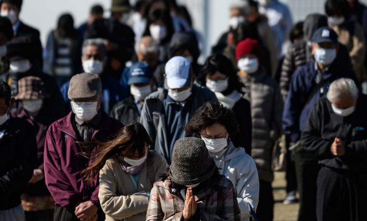 Người dân cầu nguyện cho nạn nhân sóng thần năm 2011 tại tỉnh Fukushima hôm 26/3. Ảnh: AFP.