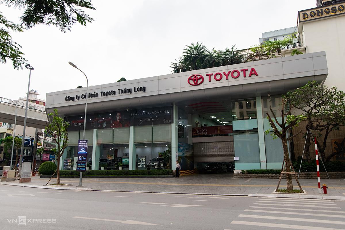 Đại lý Toyota trên đường Trần Đăng Ninh (Cầu Giấy) đóng cửa, chiều 28/3. Ảnh: Minh Quân