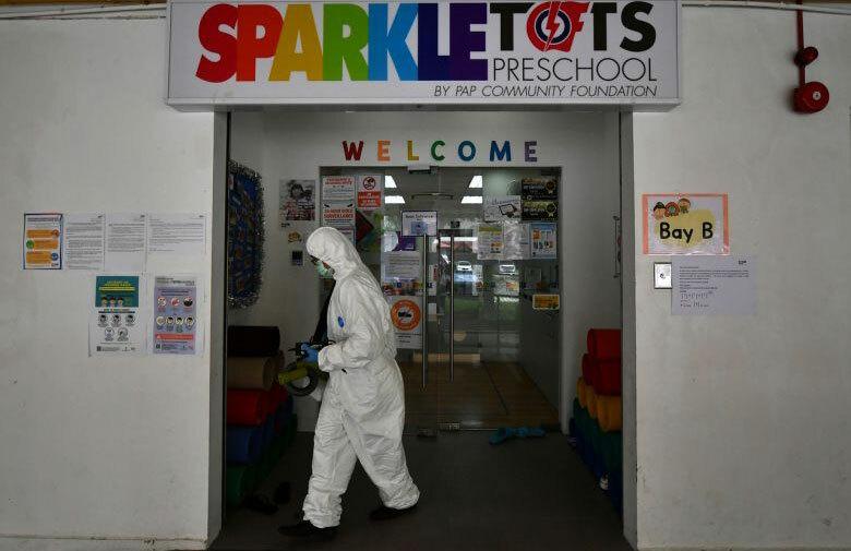Trường mầm non Sparkletots được khử trùng sau khi ghi nhận 20 ca nhiễm ngày 26/3. Ảnh: Lim Yaohui/ Straits Times.