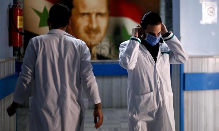 Nhân viên y tế tại một bệnh viện ở thủ đô Damascus, Syria, ngày 19/3. Ảnh: Reuters.
