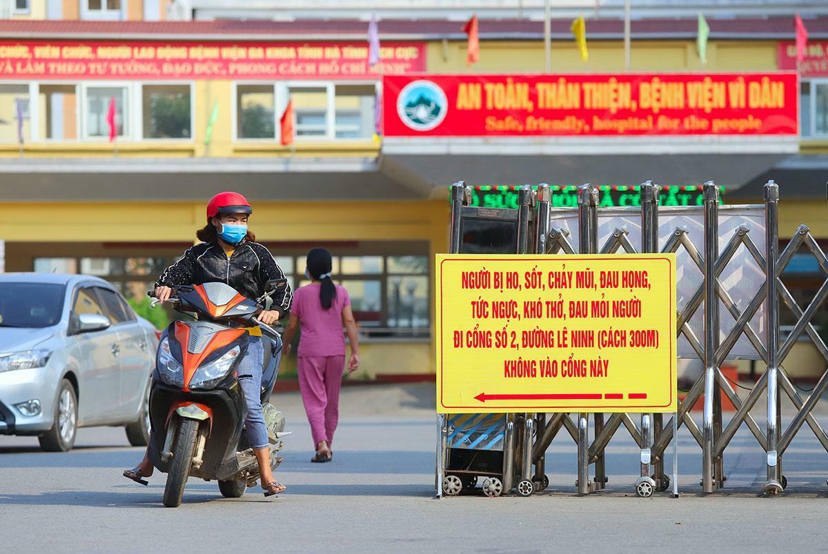 Hai tuần nay, Bệnh viện Đa khoa Hà Tĩnh thăm khám sức khỏe cho một số người trở về từ Bệnh viện Bạch Mai, chưa phát hiện trường hợp nghi nhiễm nCoV. Ảnh: Đức Hùng