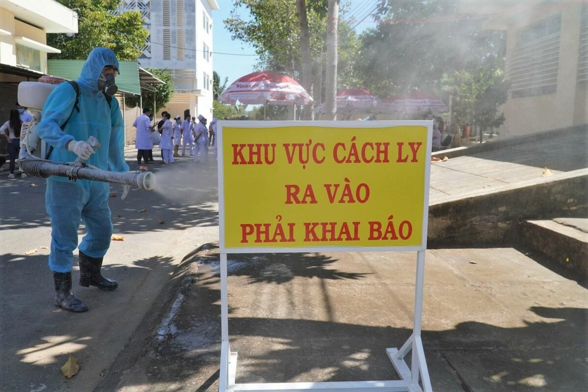 Phun thuốc khử khuẩn quanh khu điều trị 9 ca nhiễm nCoV tại Bệnh viện Đa khoa Bình Thuận, ngày 12/3. Ảnh: Việt Quốc