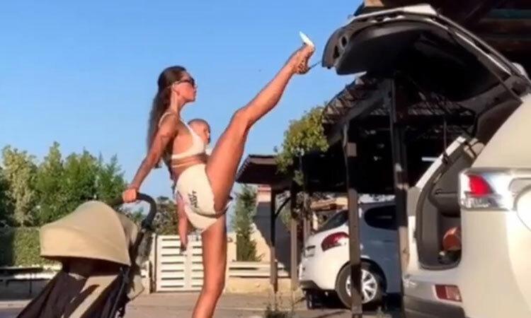 Mẹ trẻ đóng cốp ôtô bằng chân