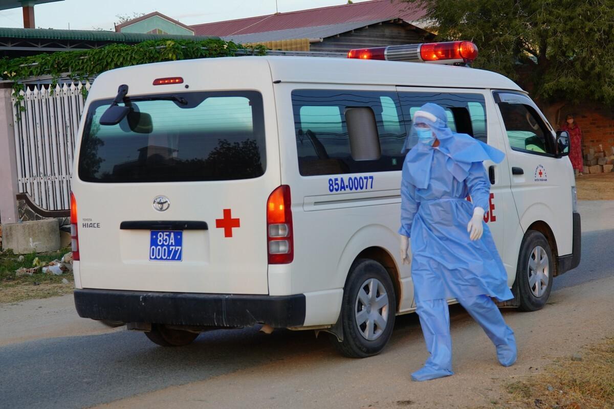 Xe cấp cứu của Trung tâm Y tế huyện Thuận Nam đến đưa các F1 của hai bệnh nhân 61 và 57 ở thôn Văn Lâm 3, xã Phước Nam, đi cách ly ngày 18/3. Ảnh: Việt Quốc