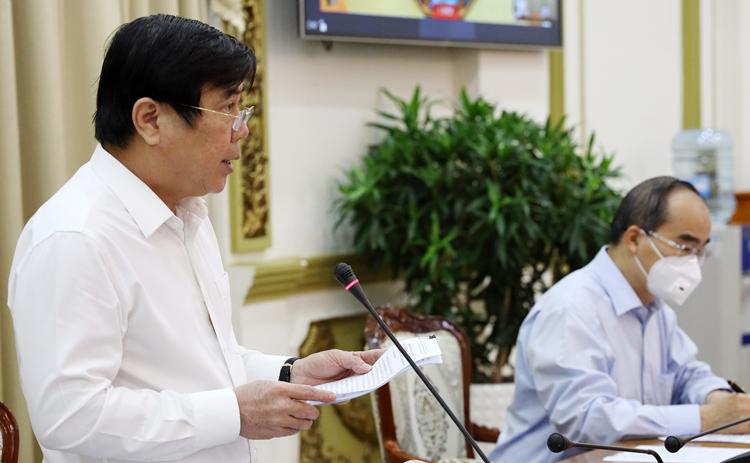 Chủ tịch UBND TP HCM Nguyễn Thành Phong báo cáo tại hội nghị sáng 29/3. Ảnh: Trung tâm Báo chí TP HCM.