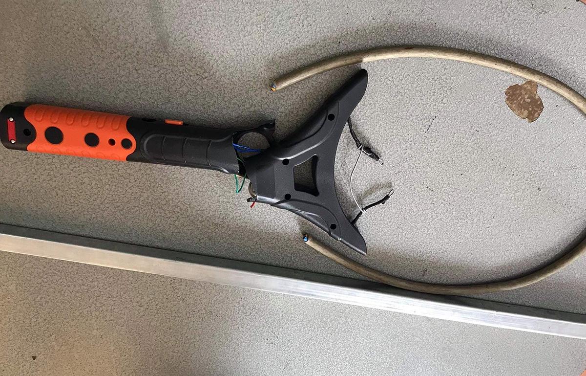 Dây điện, gậy sắt và vợt điện tự chế mà các Diện dùng tra tấn nạn nhân. Ảnh: Thái Hà.