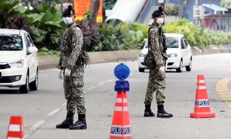 Malaysia bắt người vi phạm lệnh phong tỏa
