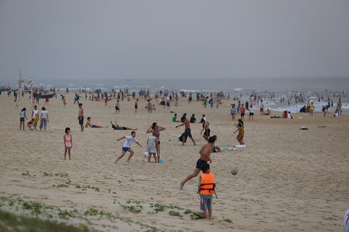 Bãi biển Tam Thanh đông nghịt người sáng 28/3. Ảnh: Đắc Thành