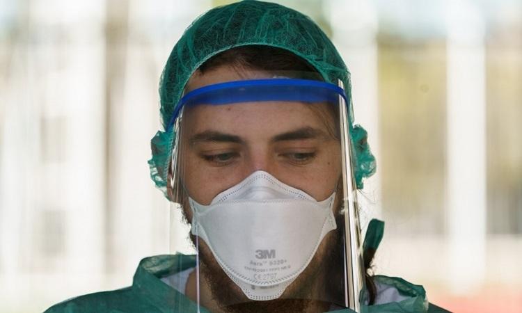 Nhân viên y tế Tây Ban Nha chờ xét nghiệm nCoV cho các tài xế tại điểm xét nghiệm ở thành phố Burgos hôm 28/3. Ảnh: AFP.