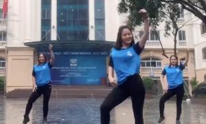 Giáo viên nhảy, hát dặn trò học online