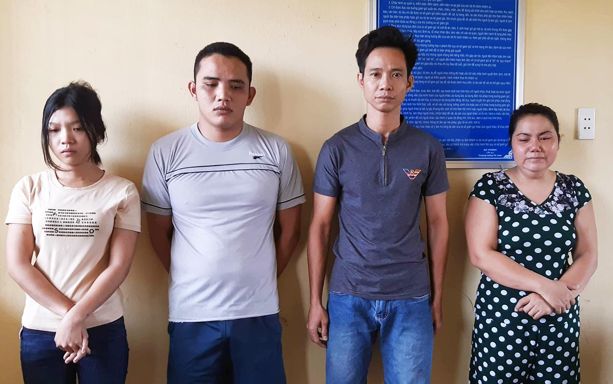 Huyền (bìa trái), Diện cùng hai vợ chồng Huân tại trụ sở Cơ quan cảnh sát điều tra. Ảnh: Thái Hà