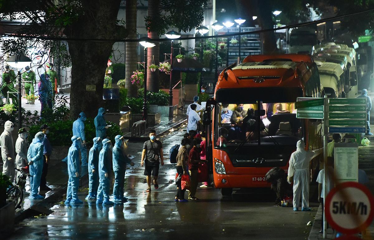Hơn 600 người nhà bệnh nhân ở Viện Bạch Mai được đưa đi cách ly tập trung tối 28/3. Ảnh: Giang Huy.
