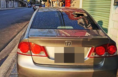 Ôtô đậu trên vỉa hè đường Bình Giã bị ném gạch vỡ kính. Ảnh: Hắc Minh.