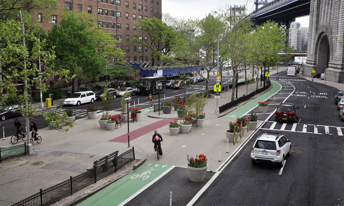 Phần đường dành cho người đi bộ và xe đạp hiện nay ở New York có thể rộng hơn nếu đề xuất được áp dụng. Ảnh: NYCDOT