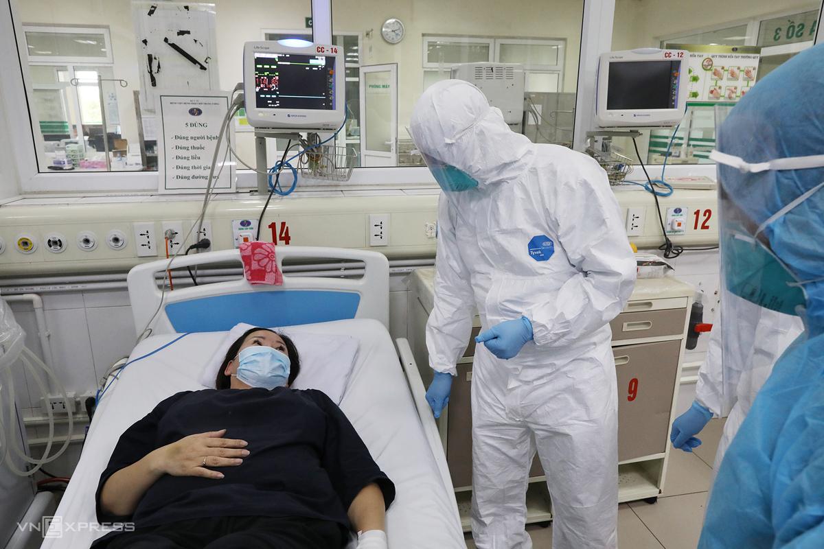 Bác sĩ Bệnh viện Bệnh nhiệt đới Trung ương cơ sở 2 (huyện Đông Anh, Hà Nội)đang điều trị46 bệnh nhân Covid-19, ngày 25/3. Ảnh: Ngọc Thành