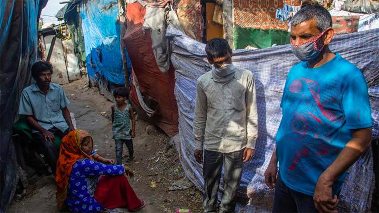 Người dân ở một khu ổ chuột Mumbai, hầu hết không có khẩu trang, cho hay họ sẽ chết đói vì không thể đi làm, chứ không phải chết vì nCoV. Ảnh: AFP