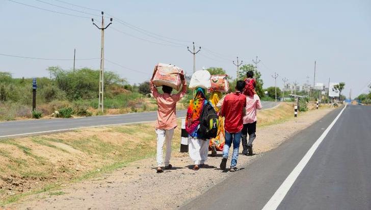 Người lao động rời thành phố, đi bộ về quê dọc một đường cao tốc Ấn Độ. Ảnh: AFP