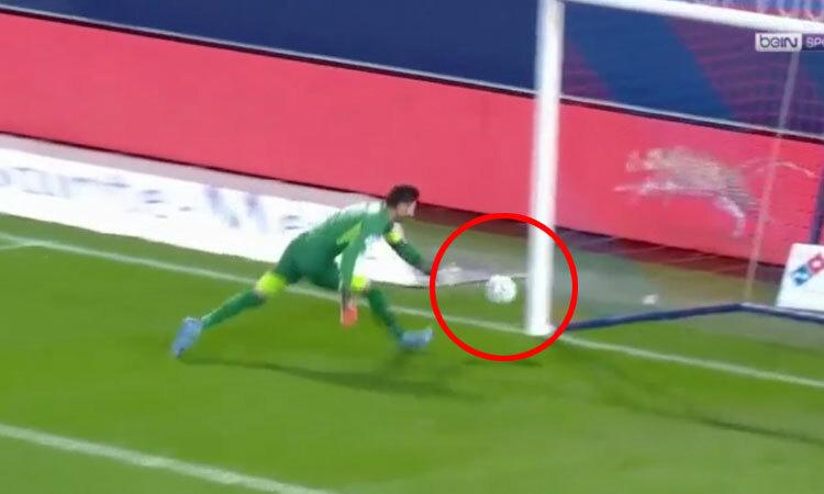 Phát động tấn công, thủ môn ném bóng vào lưới nhà