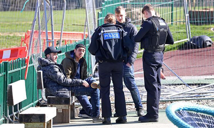 Cảnh sát giải tán một nhóm thanh niên ở khu vui chơi tại thành phốMaidstone, hạt Kent hôm 24/3. Ảnh:PA.