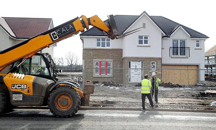 Một công trình xây dựng vẫn mở cửa hôm 24/3 tại thị trấnLarbert, Scotland bất chấp lệnh phong tỏa. Ảnh:PA.