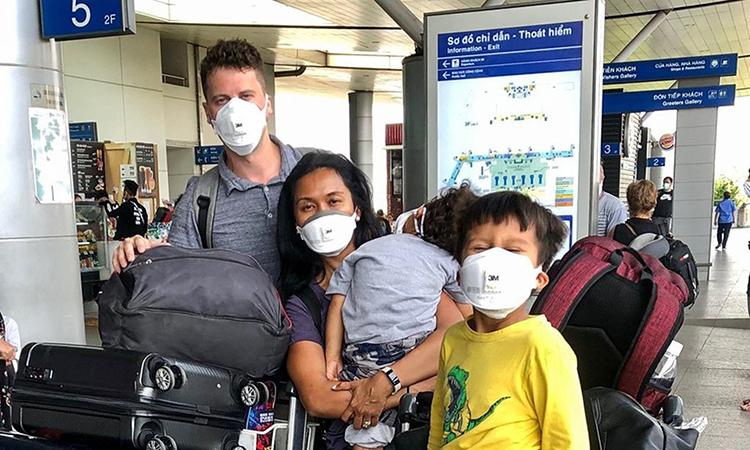 Paul Neville (trái) cùng vợ và hai con ở sân bay thành phố Hồ Chí Minh hôm 20/3. Ảnh: Seattle Times.