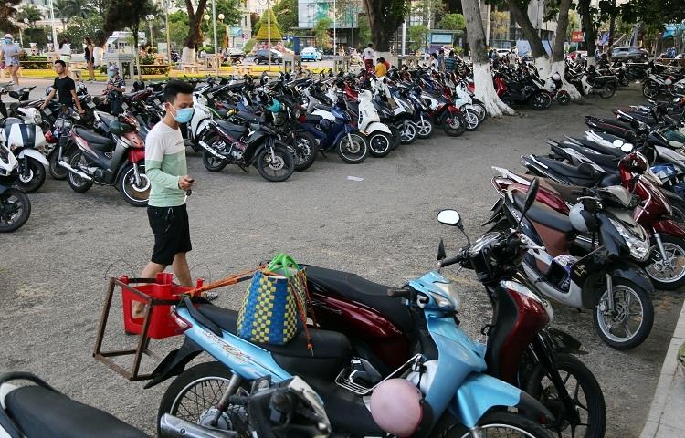Dịch vụ giữ xe bên bờ biển Nha Trang vẫn đông khách, chiều 30/3. Ảnh: Xuân Ngọc.