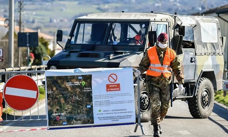 Binh sĩ quân đội Italy dựng rào chắn lối vào thị trấn Vo Euganeo ngày 28/2. Ảnh: AP.