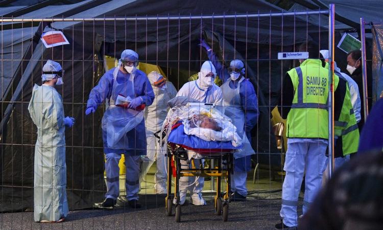 Một bệnh nhân được đưa khỏi bệnh viện dã chiến ở Mulhouse hôm 29/3. Ảnh: AFP.