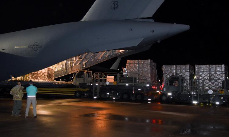 Máy bay chở bộ xét nghiệm từ Italy về Mỹ hôm 19/3. Ảnh: USAF.