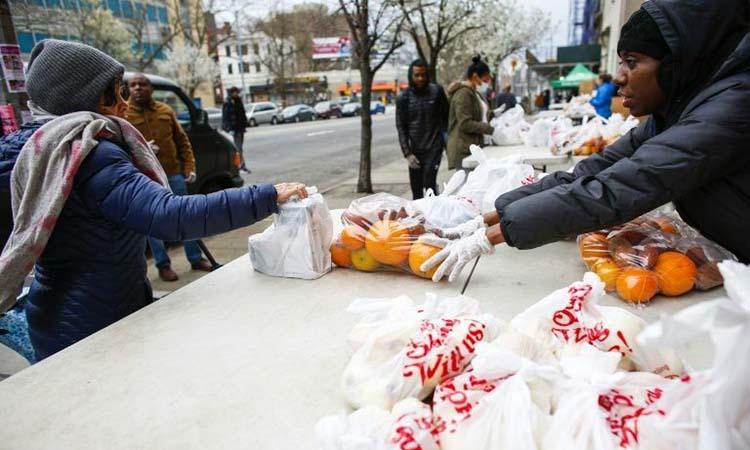 Tình nguyện viên của tổ chức từ thiện City Harvest phân phối thực phẩm tại New York. Ảnh: AFP.